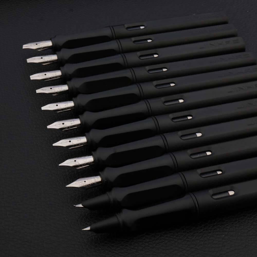 Beaucoup de stylos plume aux plumes de taille différente sur un support noir