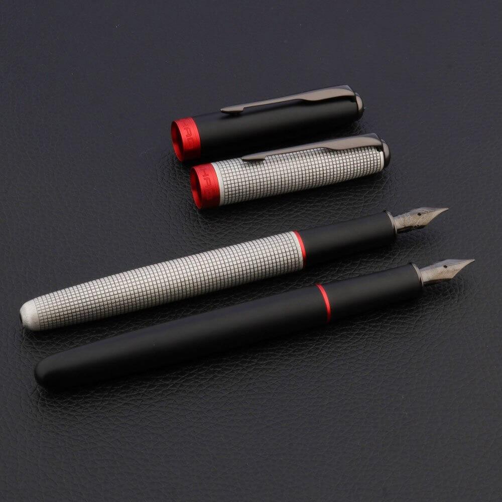 2 stylos avec leur capuchon détaché sur un support noir