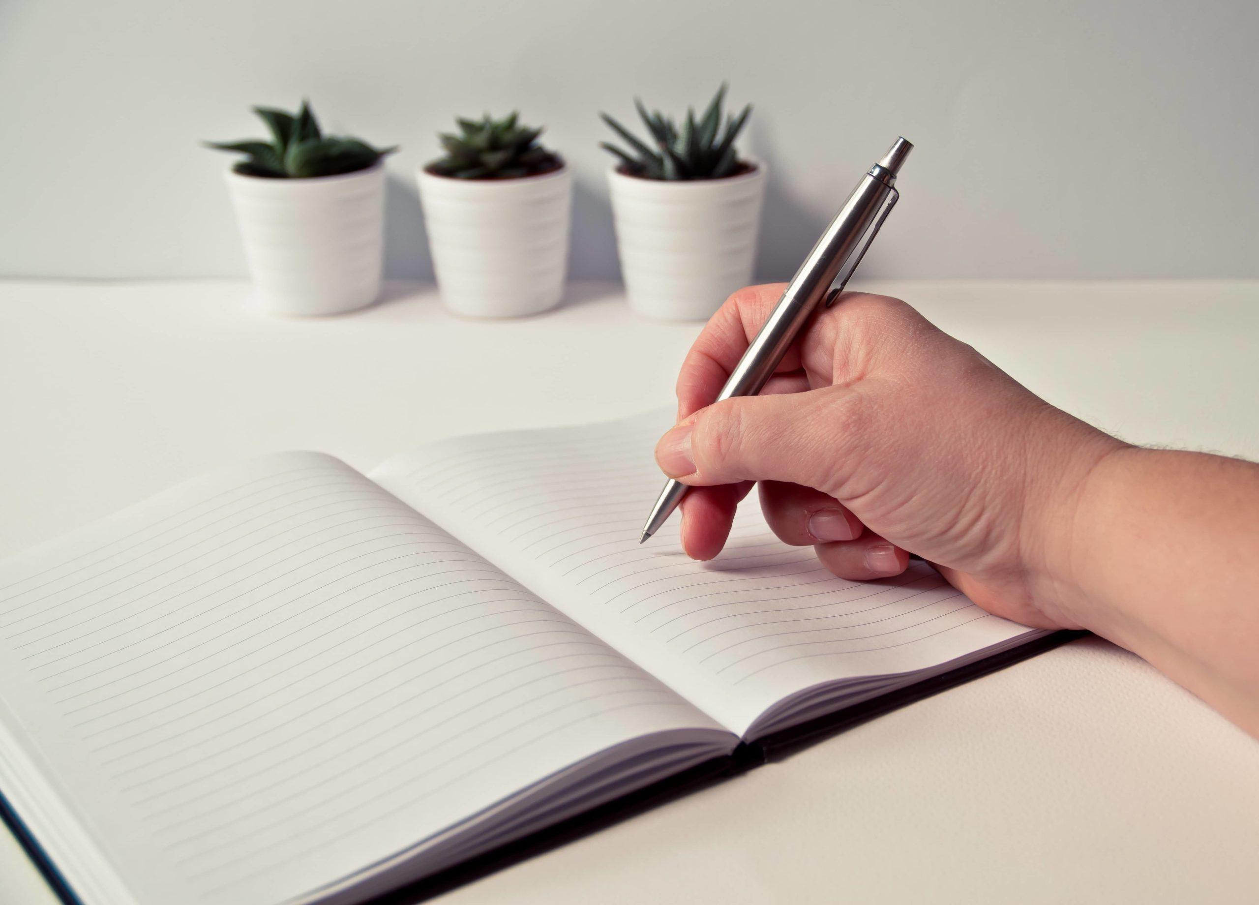 Un homme tenant un stylo pour écrire